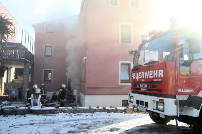 In diesem Wohn- und Geschäftshaus auf der Schneeberger Straße ist am Dienstagvormittag ein Brand ausgebrochen