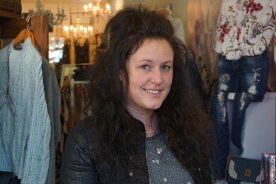 Susan Standke steht in ihrem Mittweidaer Modegeschäft wieder für Kunden bereit.