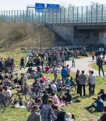 Rund 500 Menschen versammelten sich am Sonntag nahe der Autobahnbrücke zu einer Party.