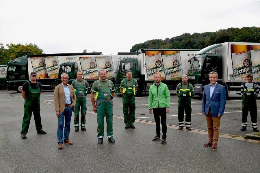 Seit 30 Jahren geht der Güternah- und Fernverkehr Ralf Rieger für die Sternquell-Brauerei auf Tour. Anlässlich des Jubiläums bekamen die Fahrzeuge des Unternehmens ein neues Outfit. Firmenchef Frank Rieger (4. von links) freut sich über die gute Geschäftsbeziehung.
