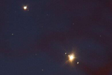 Stark vergrößert sah das Vorspiel der Planetenbegegnung vor ein paar Tagen so aus: Saturn (oben) und Jupiter mit drei seiner 79 Monde.