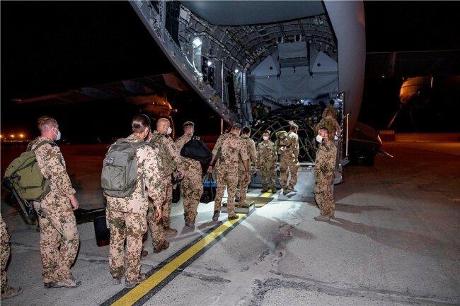 Bilder des Abzugs: Bundeswehrsoldaten steigen in ein Transportflugzeug A400M der Luftwaffe, das sie zurück nach Deustchland bringen soll. 570 Soldaten befinden sich derzeit noch in Afghanistan.