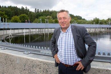 Als Oberbürgermeister leitet Ralf Oberdorfer nicht nur die Geschicke der Stadtverwaltung, sondern ist auch in unzähligen Gremien und Ausschüssen vertreten. So wirkte er auch 21 Jahre als Vorsitzender des Zweckverbandes Wasser und Abwasser Vogtland. Das Foto zeigt ihn auf dem Gelände der Plauener Kläranlage.