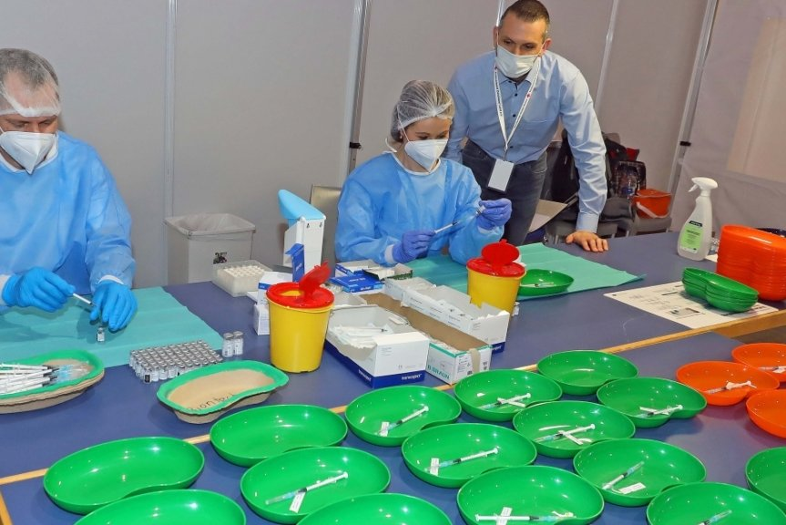 Marco Münch (links) und Katrin Lindner bereiten die Impfdosen vor. Lars Kretzschmar, Abschnittsleiter und verantwortlich für das Impfzentrum, erkundigt sich nach dem Stand der Dinge.