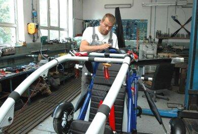 """<p class=""""artikelinhalt"""">Gunar Barthel beim Perfektionieren seines neuen Doppelsitzers in der Werkstatt in Grünhain.</p>"""