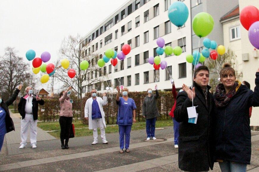 Kristina Groß und Yves Langhammer sind stolze Eltern. Ihre Lene kam sieben Wochen zu zeitig auf die Welt. Stellvertretend für alle Frühchen, die in den vergangenen zwölf Monaten in Aue geboren wurden, ließen sie am Dienstag mit Ärzten und Pflegekräften 41 bunte Luftballons steigen.