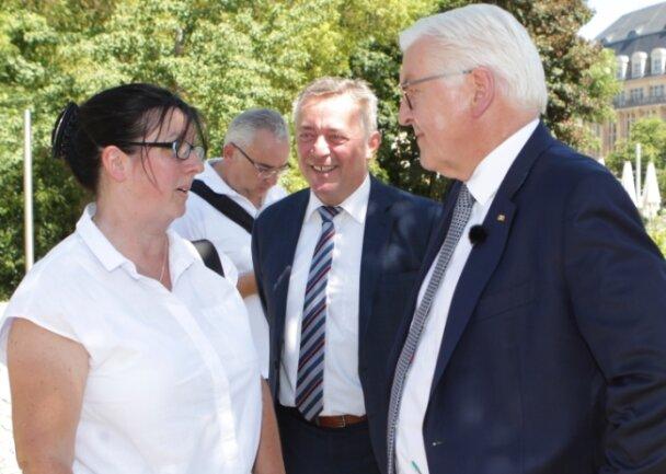 Bundespräsident Frank-Walter Steinmeier kam 2019 zu einem Kurzbesuch nach Plauen, im Foto im Gespräch mit Lehrerin Katrin Löwe.