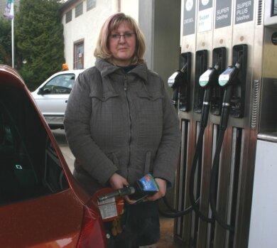 """<p class=""""artikelinhalt"""">Romy Winkler aus Großwalthersdorf darf den neuen E-10-Kraftstoff tanken. Den gibt es derzeit aber nur in Eppendorf. </p>"""