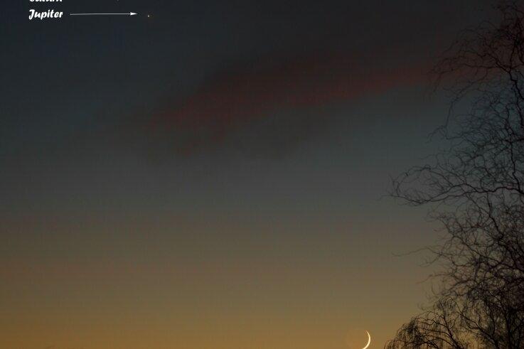 Blick vor wenigen Tagen von Olaf Grafs Garten in Schönbrunn aus. Unten rechts die Mondsichel, links oben Saturn (oben) und Jupiter.