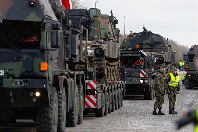 """In Niedersachsen wurden dieser Tage bereits Militärfahrzeuge der US-Armee für """"Defender-Europe 2020"""" auf Schwerlasttransporter der Bundeswehr verladen"""