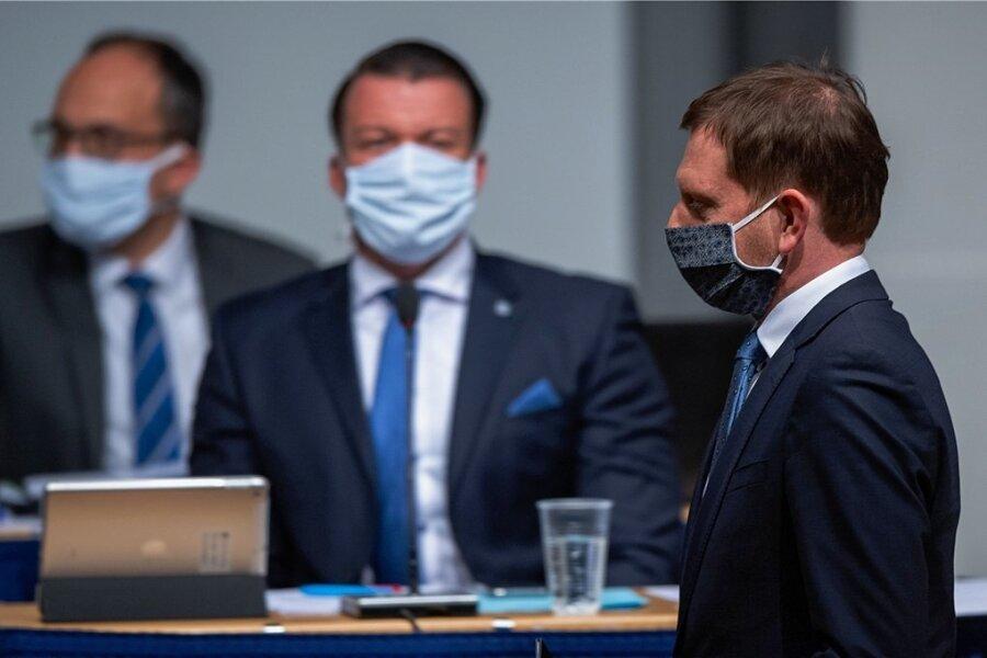 Sachsens Regierungschef Michael Kretschmer (CDU) trägt während einer Sondersitzung des Landtages einen Mundschutz.