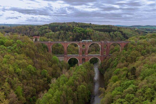 Die Elstertalbrücke: Sie führt die Strecke Leipzig-Hof über das Tal, unten am Fluss verläuft die Bahnlinie Gera-Weischlitz. Es gibt auch einen Wanderweg über die Brücke, er befindet sich in der ersten Etage.