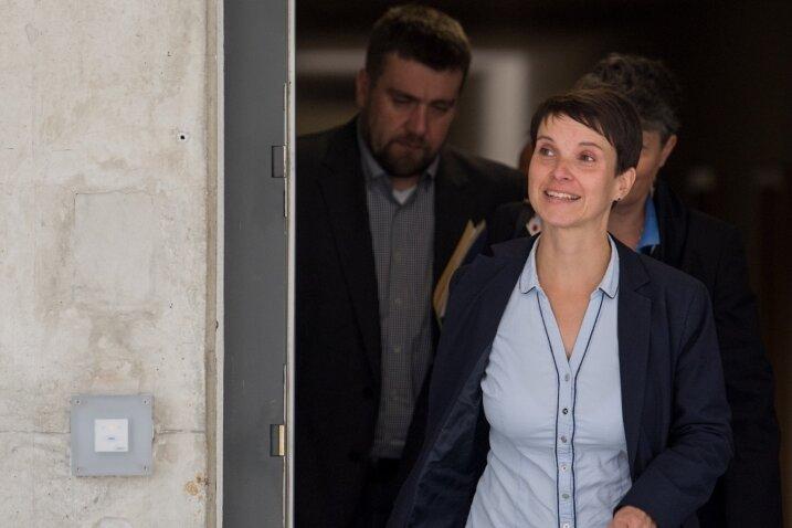 Frauke Petry am Dienstag in Dresden kurz vor ihrer letzten Pressekonferenz als Vorsitzende der AfD-Landtagsfraktion. Folgen ihr weitere Mitstreiter außer Uwe Wurlitzer (links) und Kirsten Muster (verdeckt)?