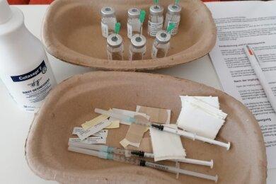 Diese drei bereits aufgezogenen Spritzen durften nach Anweisung aus dem Impfzentrum Annaberg nicht mehr verimpft werden.
