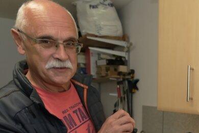 Johannes Lorenz will beim Repair-Cafe mitwirken. Er hat Erfahrung, denn daheim versucht er, wenn möglich, kaputte Dinge zu reparieren. Gerade erst hat er diesen Handstaubsauger vorm Verschrotten bewahrt.