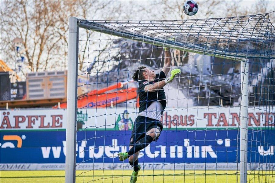 Aues Torwart Philipp Klewin war von den Karlsruhern nicht zu überwinden.