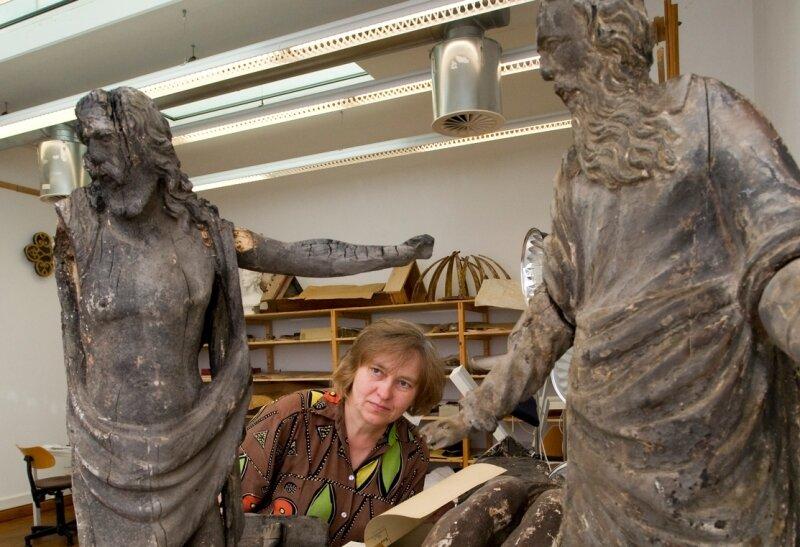 """<p class=""""artikelinhalt"""">Referatsleiterin Christine Kelm mit zwei der drei Figuren, die jetzt im Dresden lagern. Vermutlich am 1. Dezember bekommen sie Besuch aus Jocketa. </p>"""