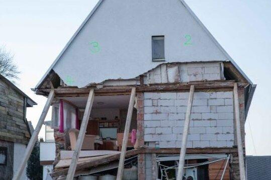 Nach dem Giebeleinsturz am Montag haben Helfer des THW Freiberg und Leipzig das Wohnhaus in Helbigsdorf notgesichert.