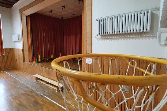 Noch verfügt die Turnhalle der Gelenauer Pestalozzi-Grundschule über eine Bühne, doch das wird sich in diesem Jahr ändern.