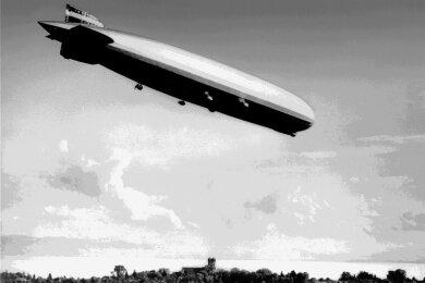 """Das Luftschiff LZ 127 """"Graf Zeppelin"""" (gebaut ab 1929) fliegt über Friedrichshafen am Bodensee."""