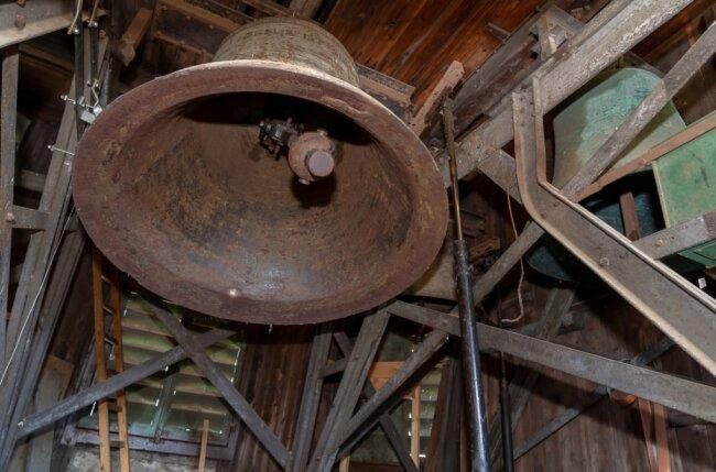 Am Stahlglockenstuhl aus dem Jahr 1897 hat der Zahn der Zeit genagt. Er wird durch einen neuen aus Eichenholz ersetzt. Auch die drei Eisenhartgussglocken von 1950, im Bild die schwingende Christusglocke, haben ausgedient. Rechts oben mit grüner Patina die Gedächtnisglocke aus Bronze, die restauriert werden soll.