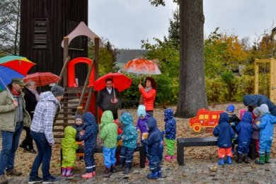 """Zum neuen Dorfplatz Eich gehört auch der neue Spielplatz am Feuerwehrgerätehaus. Zur Einweihung wurde er von Offiziellen und Kindern aus der Eicher Kita """"Kleine Strolche"""" in Beschlag genommen."""