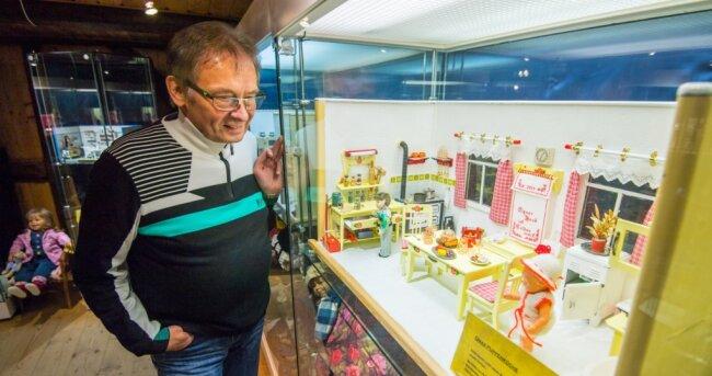 Mit viel Liebe zum Detail sind die Puppenstuben für die Weihnachtsausstellung in der Knochenstampfe Dorfchemnitz aufgebaut worden. Im Bild ist Museumschef Jürgen Zabel mit Omas Puppenküche von 1930 zu sehen.