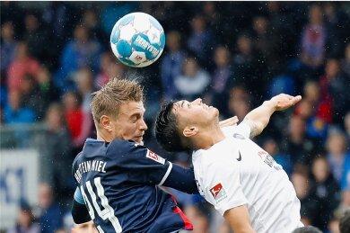Augen zu und durch: Im Duell zweier bis dato sieglosen Mannschaften gewann die Kieler (hier Kapitän Hauke Wahl, links) gegen Erzgebirge Aue (hier Dirk Carlson) mit 3:0.