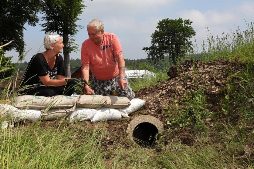 Die Anwohner Anja Beisecker und Bernd Nadler bemängeln, dass ein verlegtes Entwässerungsrohr viel zu klein ist. Sie sehen darin eines der Probleme.