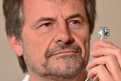 Kleines Implantat, große Wirkung. Dr. Andreas Reichel zeigt das neue Dia-Port-System. Das blümchenähnliche Teil liegt dabei unter der Bauchdecke.