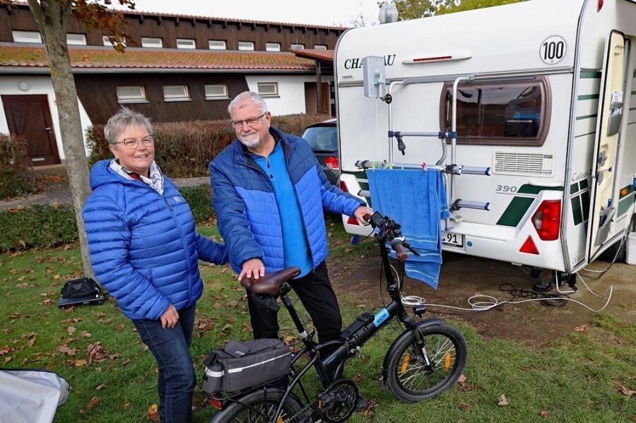 Beate und Helmut Leister verbringen gerade ein paar Tage auf dem Campingplatz am Gunzenberg. Das in Thüringen lebende Paar hat den Wohnwagen unmittelbar vor dem 1994 erbauten Sanitärgebäude abgestellt. Während der jüngsten Verbandssitzung wurden die Planungsleistungen für einen Neubau vergeben.