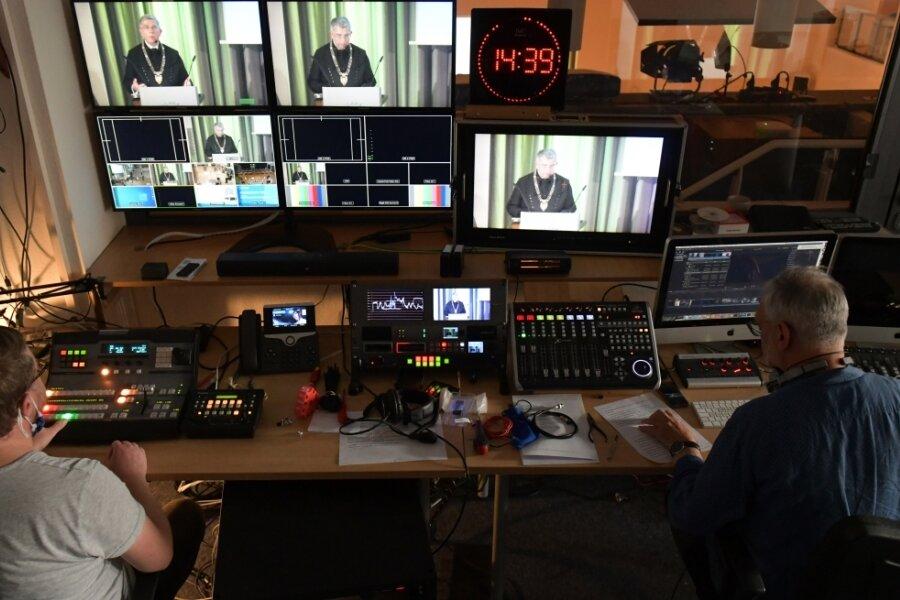 Die Immatrikulationsfeier wurde live im Internet übertragen. Im Schneideraum der Uni waren dafür Thomas Becker (links) und Uwe Schellbach tätig.