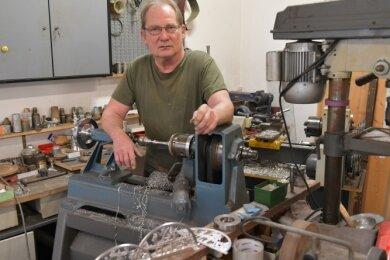 Zinngießer Wolfgang Barthel hat seine Werkstatt im Freiberger Handwerkerhof nun geschlossen, bleibt dem Handwerk aber treu.