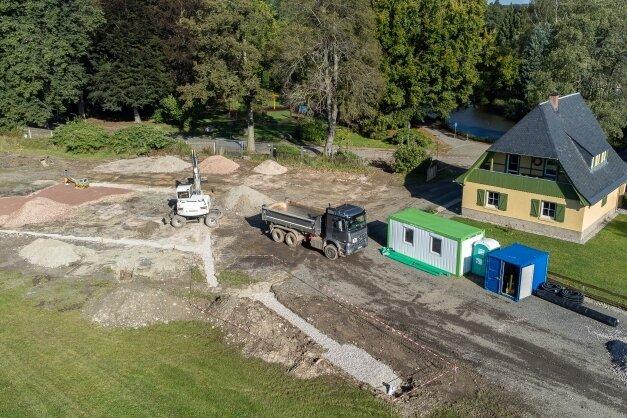 Auf dem Gelände neben der Schlossinsel zeichnen sich die Konturen eines Wasserspielplatzes ab. Diesen Teil des neuen Rodewischer Treffpunktes baut die ortsansässige VSTR AG: Den Pumptrack wird eine Spezialfirma aus Bayern realisieren. Laut Bürgermeisterin hatte sich die Stadt dazu ein Referenzobjekt in Zwickau angeschaut.