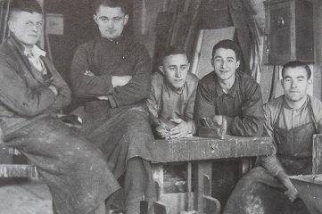 1937 in der Tischlerei Günther Am Graben 10: Lehrlinge und Gesellen machen Pause; zweiter von rechts: Gründersohn Gerhard Günther.