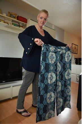 Kornelia Bretschneider aus Burkhardtsdorf 18 Monate später und 50 Kilo leichter mit ihrer einstigen Lieblingshose.