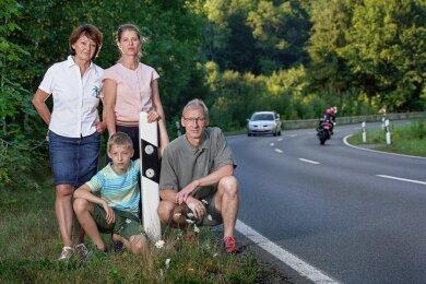 Genussbiker willkommen, Hobbyrennfahrer nicht: Bärbel Lehmann (l.) hat eine Bürgerinitiative gegen Motorradlärm gegründet. Auch Maik Sebald (r.) und Susanne Schneider (M.) sind schon seit Jahren in der Gruppe aktiv. Sie und ihr Sohn Tobias wünschen sich mehr Ruhe im Müglitztal.