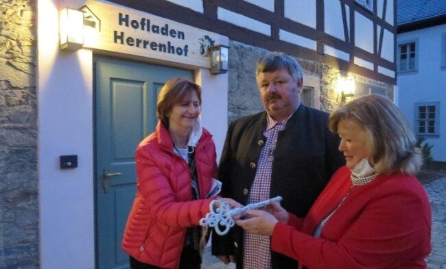 Letzte offizielle Amtshandlung von OB Heidrun Hiemer (links): Die Übergabe des Schlüssels zum Hofladen an Jörg und Birgit Nestler.
