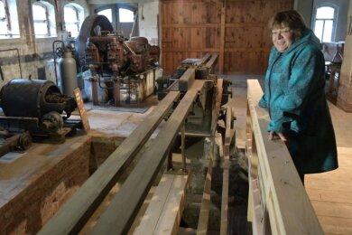 In der Brettmühle: Petra Schumann vom Förderverein Technische Denkmale freut sich darüber, dass im Kellergeschoss die Nut-Spundmaschine freigelegt und ein Holzsteg mit Geländer gebaut werden konnte. Dafür steuerte das Denkmalamt Fördermittel in Höhe von 5500 Euro bei.