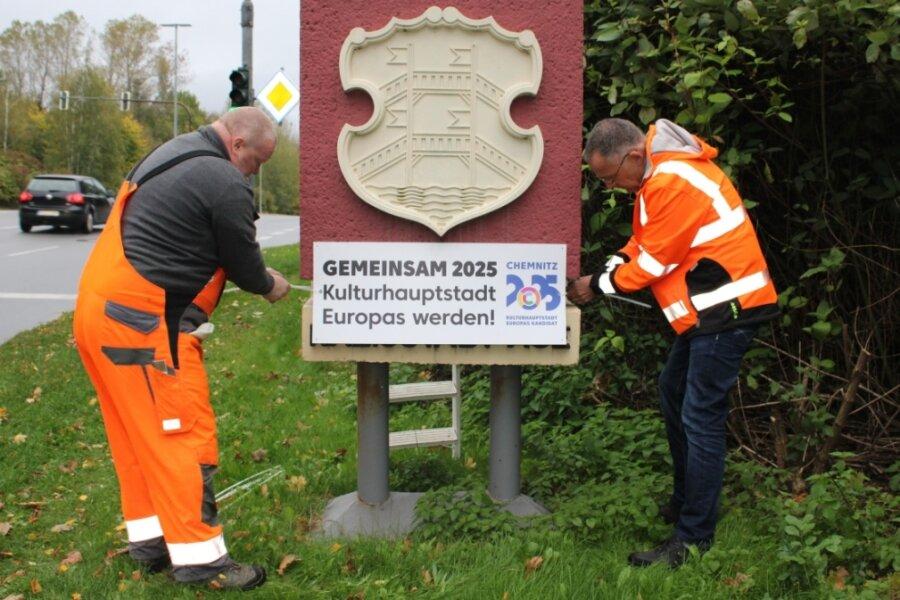 """Eine Region zeigt Flagge oder besser Schild. Mit dem Emblem """"Gemeinsam 2025 Kulturhauptstadt Europas werden!"""" am Ortseingang von Aue hat auch die Große Kreisstadt die Chemnitzer Bewerbung unterstützt. Bauhofmitarbeiter hatten das Schild erst vor wenigen Tagen angebracht."""