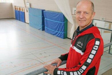 Leere Sporthalle in Coronazeiten: Jens Schlegel, Leichtathletiktrainer beim SSV 91 Brand-Erbisdorf, animiert seine Schützlinge zwischen 6 und 18 Jahren per Video zum Sporttreiben.