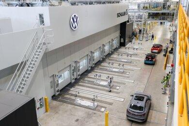 Zwölf Meter hoch, 92 Meter lang und 180 Tonnen schwer - Volkswagen hat am Mittwoch in seinem Werk in Zwickau-Mosel eine neue XL-Presse in Betrieb genommen.