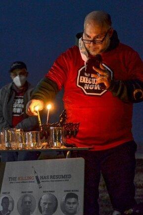 Dezember 2020 in der Stadt Terre Haute in den USA: Abe Bonowitz, Koordinator für die Abschaffung der Todesstrafe bei Amnesty International USA, zündet eine Kerze an, nachdem er ein Gebet am Gefängnis gesprochen hat. Die Regierung des abgewählten US-Präsidenten Trump hatte kurz vor dessen Ablösung zum zweiten Mal in zwei Tagen einen wegen Mordes verurteilten Schwarzen hinrichten lassen.