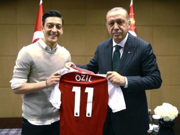 Mesut Özil (l) posiert mit dem türkischen Präsidenten Erdogan im Mai für ein Foto.