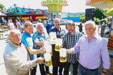 Anstoßen auf ein gutes Gelingen: Bürgermeister Steffen Zenner (3. von rechts), Festhallen-Chef Ronny Bley (2. von rechts), die Schausteller Felix Hickmann (2. von links), Martin Hammerschmidt (3. von links) und Peter Hickmann (rechts) mit Besucher Horst Hellfritzsch (links).