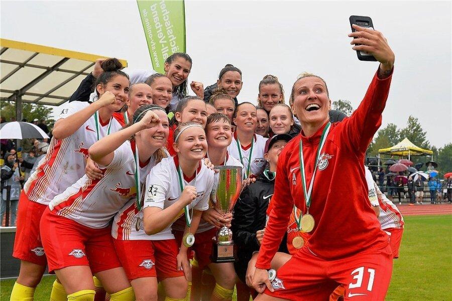 Abschiedsspiel: Anja Mittag nach dem Gewinn des Sachsenpokals inmitten ihrer Gefährtinnen von RB Leipzig.