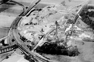 Das Luftbild (um 1925) zeigt das Streckengleis der Von Arnimschen Kohlenbahn, das sich um den Bürgerschacht windet. Links führt das Gleis nach Planitz, der Gleisstummel nach Westen (oben) dient als Abstellgleis.