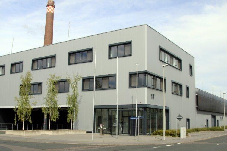 Die Aufschrift an der Fassade verrät noch den ehemaligen Eigentümer: In dieser einstigen Solarworld-Fabrik an der Carl-Schiffner-Straße in Freiberg will der Schweizer Konzern Meyer Burger ab dem nächsten Jahr wieder Solarstrommodule fertigen lassen.