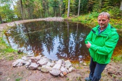 Jörg Richter am neuen Laichtümpel an der Karlsbader Straße in Eibenstock. Die Steinhaufen sollen Amphibien als Unterschlupf dienen.
