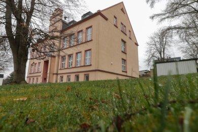 Rechts neben der Grundschule in Mohsdorf will die Stadt Burgstädt einen neuen Hort bauen, weil die bisherige Kapazität an Plätzen nicht mehr ausreicht. Der markante Baum vor dem Haus soll stehen bleiben.